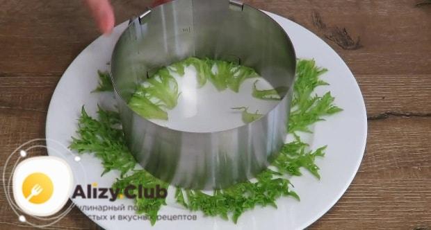 Берем плоскую тарелку или блюдо