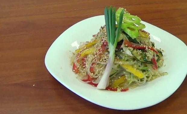 Пошаговый рецепт салата с фунчозой и овощами
