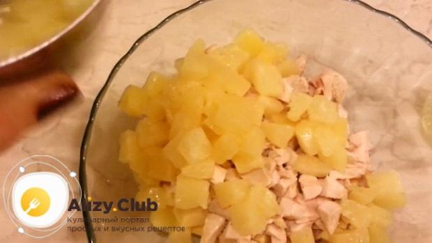 Попробуйте приготовить вкусный салат с копченой курицей и ананасами