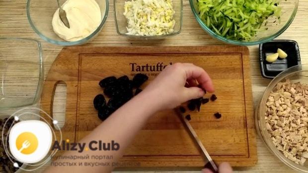 вкусный салат с черносливом и курицей