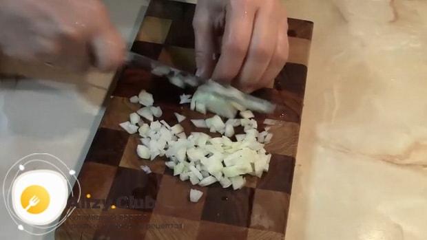 Для приготовления салата с грибами и солеными огурцами нарежьте лук.