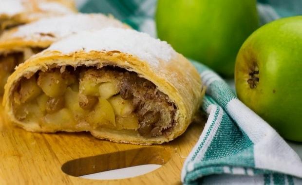 Как сделать яблочный штрудель из слоеного теста по пошаговому рецепту с фото