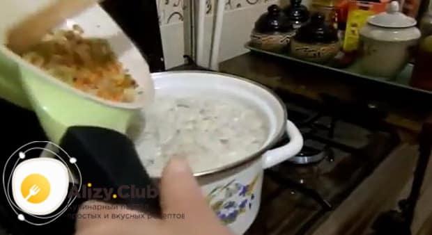 Для приготовления супа с пельменями и картошкой добавьте зажарку