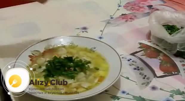 Ароматный суп с пельменями готов.