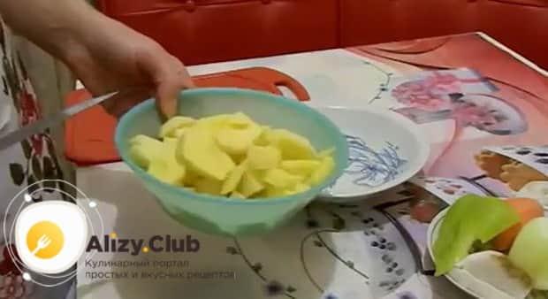 Для приготовления супа с пельменями нарежьте картошку