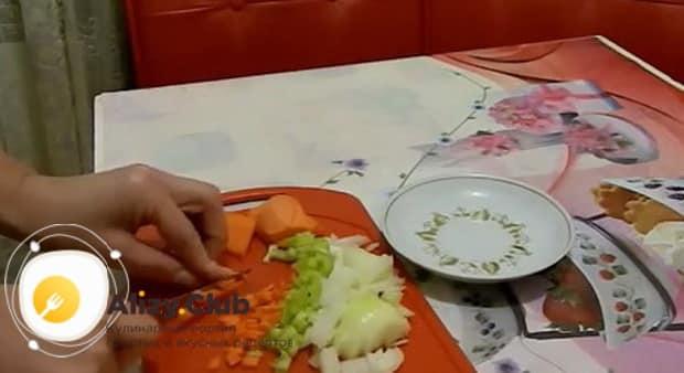Для приготовления супа с пельменями и картошкой нарежьте морковь.