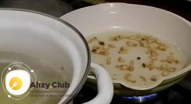 Для приготовления супа с пельменями и картошкой обжарьте сало.