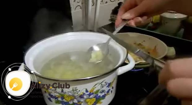 Для приготовления супа с пельменями и картошкой отварите ингредиенты.