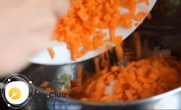 Для приготовления супа из чечевицы выкладываем овощи в кастрюлю