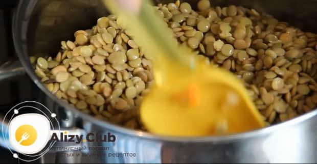 Для приготовления супа из чечевицы готовим чечевицу.