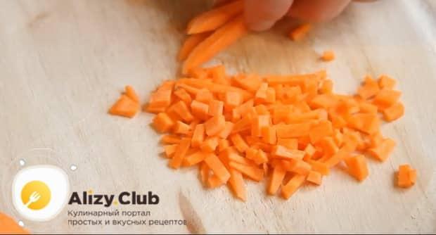 Нарезаем морковь для приготовления супа из красной чечевицы
