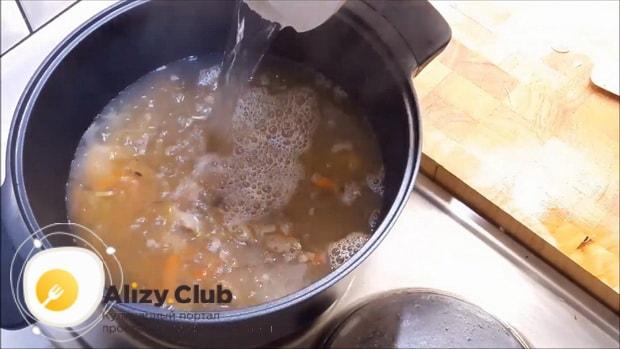 Для приготовления супа из кролика добавьте воду.