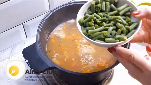 Для приготовления супа из кролика добавьте все ингредиенты в кастрюлю.