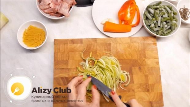 Для приготовления супа из кролика нарежьте лук.