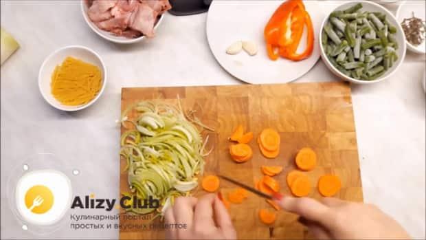 Для приготовления супа из кролика нарежьте морковь.