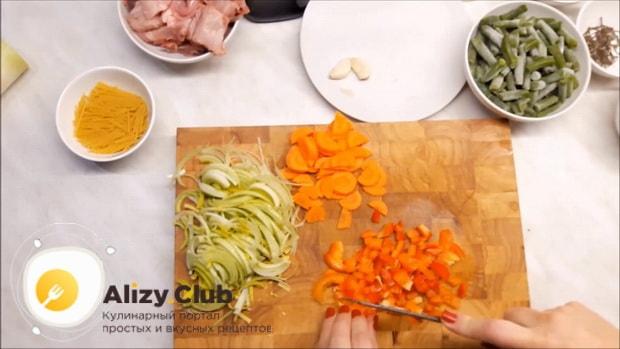 Для приготовления супа из кролика нарежьте перец.