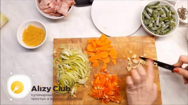 Для приготовления супа из кролика нарежьте чеснок.