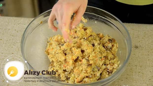 Приготовьте тесто для приготовления морковного печенья.