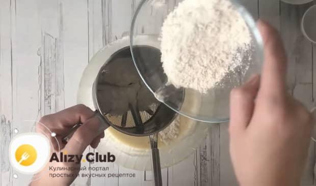 По рецепту, для приготовления блинов на скисшем молоке, просейте муку.