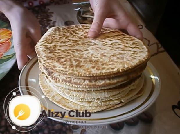 Для приготовления торта на сковороде со сгущенкой обжарьте все коржи.