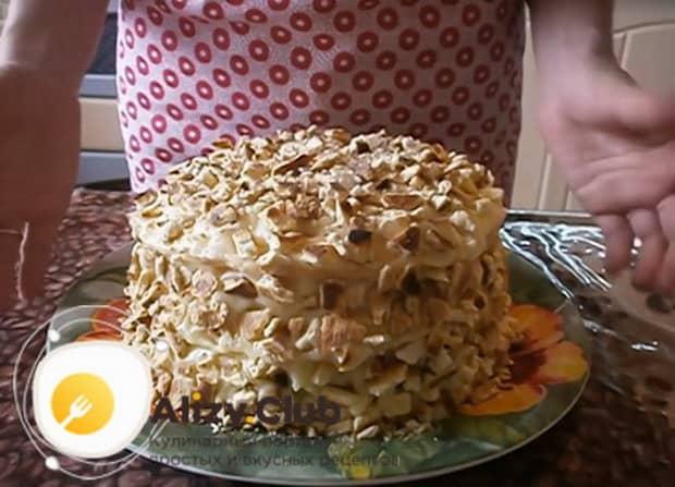 Для приготовления торта на сковороде со сгущенкой посыпьте коржи крошкой.