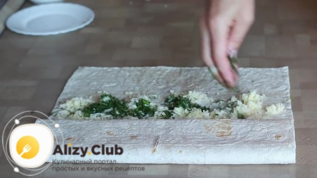 Затем рядом раскладываем сыр
