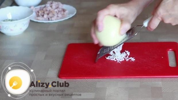 На средней или мелкой терке натираем 135 г твердого сыра
