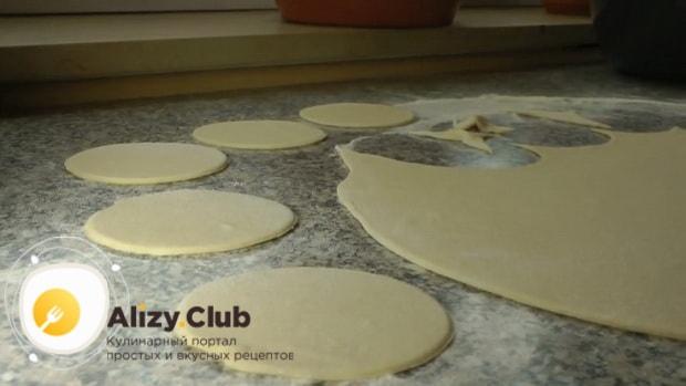 Для приготовления вареников с картошкой раскатайте тесто.
