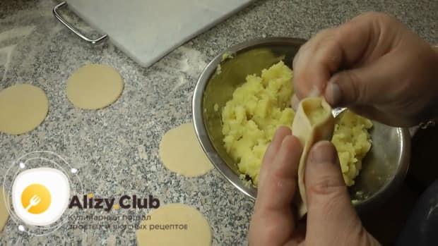 Для приготовления вареников с картошкой слепите изделия.