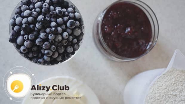 Разморозьте ягоды для приготовления пирога с замороженными ягодами на скорую руку