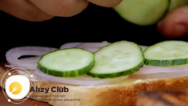 Для приготовления сендвичей, положите огурцы