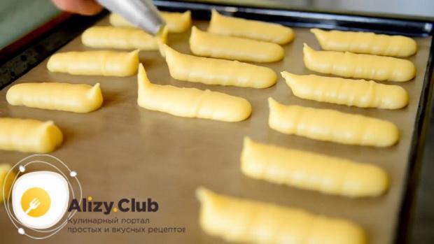 Для приготовления эклеров по простому рецепту, выложите тесто на противень