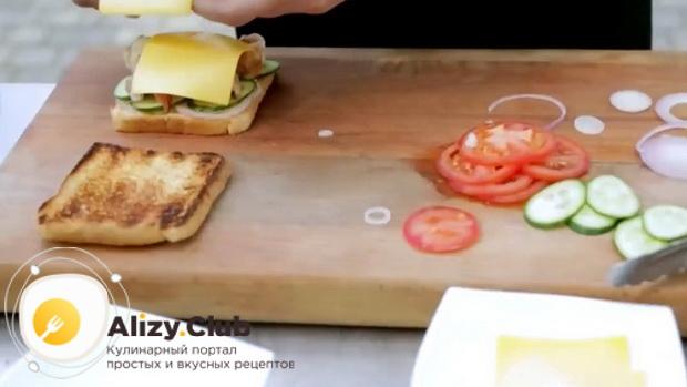 Для приготовления сендвичей, положите сыр