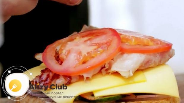 Для приготовления сендвичей, положите помидоры
