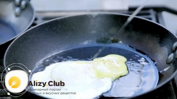 Для приготовления сендвичей, обжарьте яйца