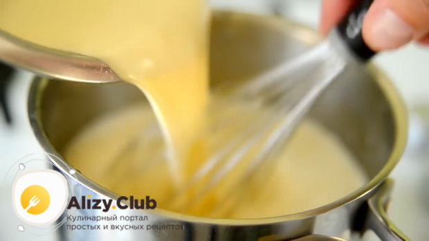 Для приготовления эклеров по простому рецепту, соедините ингредиенты