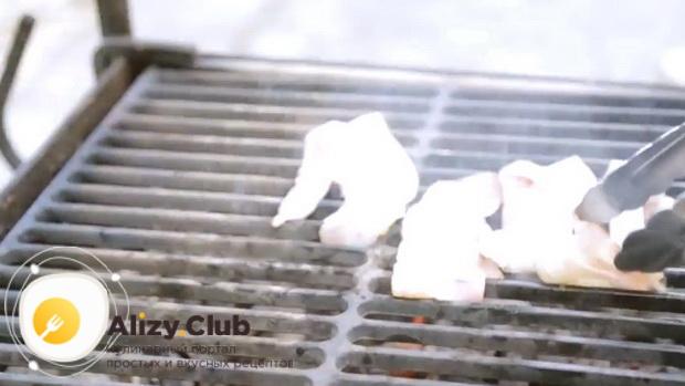 Для приготовления сендвичей, обжарьте бекон