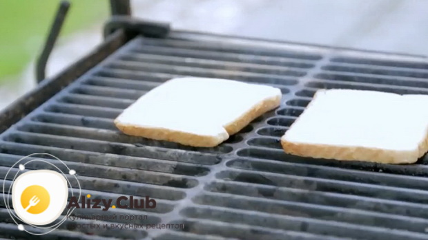 Для приготовления сендвичей, обжарьте хлеб