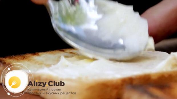 Для приготовления сендвичей, смажьте соусом