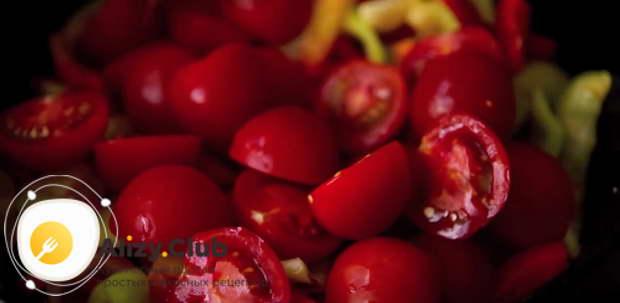Добавляем к овощам нарезанные помидоры