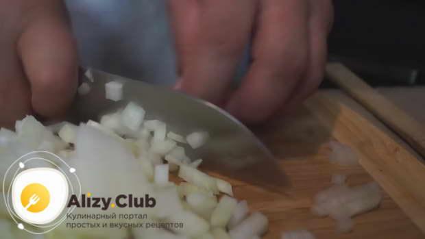 нарезаем две картофелины крупными кусочками
