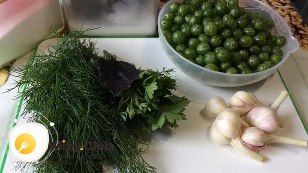 Для приготовления соуса из крыжовника очистите ягоду