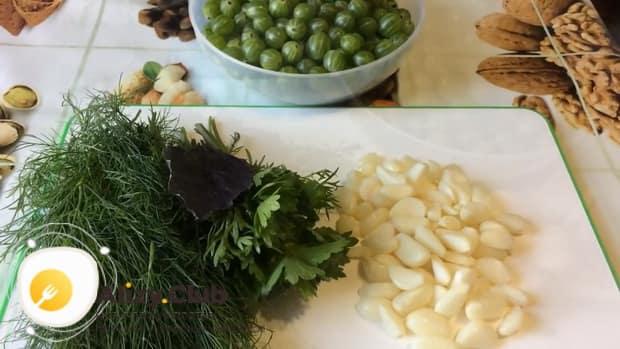 Для приготовления соуса из крыжовника очистите чеснок