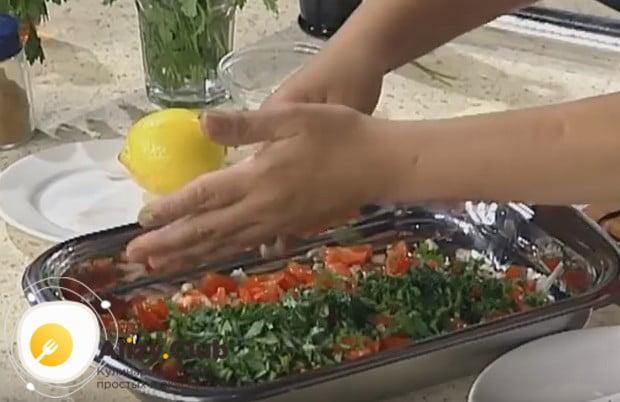 Измельчаем зелень и выкладываем на помидоры с луком.