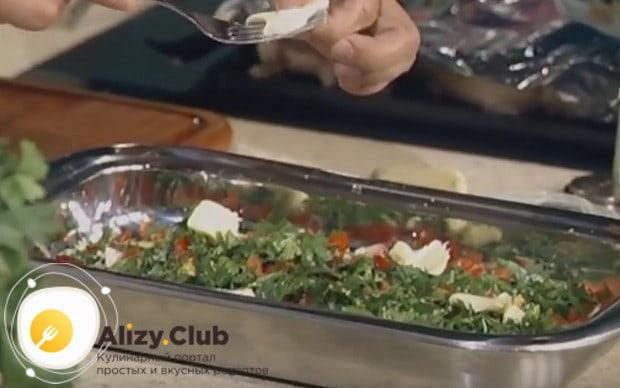 Раскладываем на овощи несколько кусочков сливочного масла.