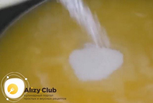 В теплый сок добавляем сахар с пектином.