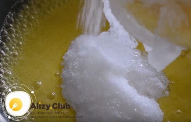 В закипающую массу добавляем сахар с глюкозным сиропом.