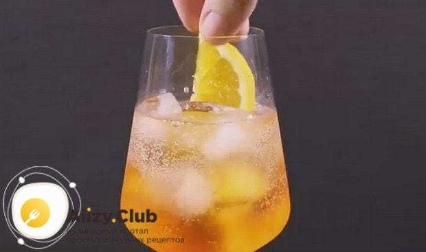 Кусочек апельсина кладем в бокал с коктейлем.