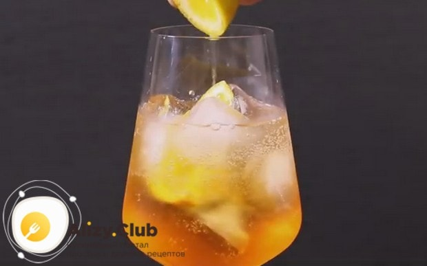 Выжимаем в коктейль ложку апельсинового сока.