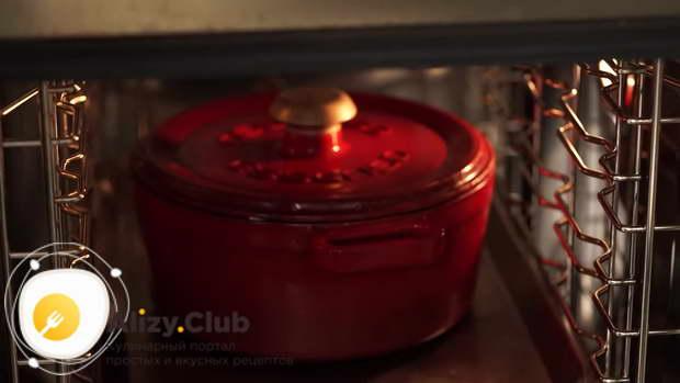 Поставьте накрытый казан в разогретую до 180 градусов духовку
